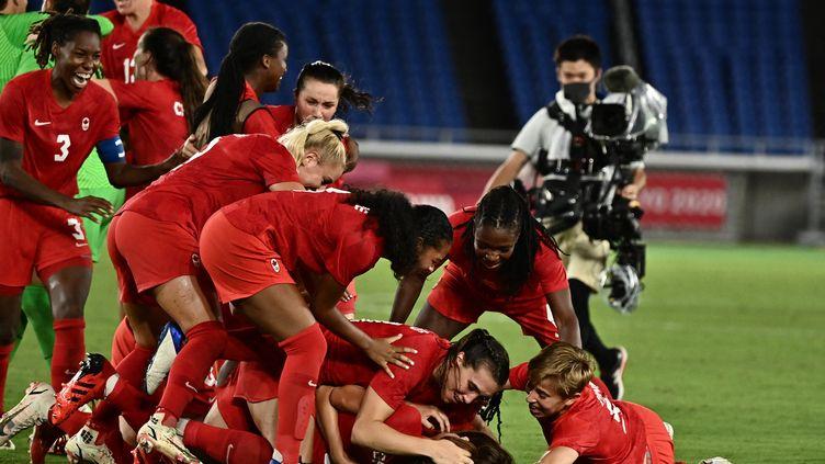 Les footballeuses canadiennes succèdent aux Allemandes, et grimpent sur le toit de l'Olympe au terme d'une incroyable séance de tirs aux buts face à la Suède. (JEFF PACHOUD / AFP)