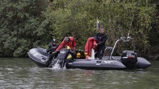 Des pompiers de la brigade fluviale du Val-d'Oise recherchent Marcus, un enfant porté disparu la veille, le 25 avril 2015, près de Butry-sur-Oise (Val-d'Oise). (KENZO TRIBOUILLARD / AFP)