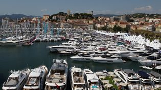 Des bateaux dans le port de plaisance de Cannes (Alpes-Maritimes), le 9 septembre 2015, lors duCannes Yachting Festival. (MAXPPP)