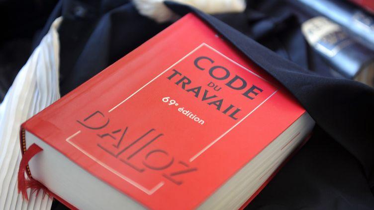 Un Code du travail, le 24 mai 2012, à Quimper (Finistère). (FRED TANNEAU / AFP)