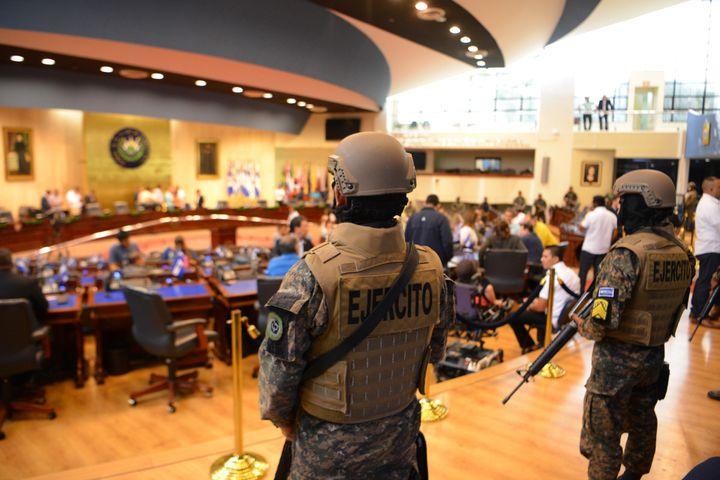 Les militaires observent le président Nayib Bukele dans le Parlement de San Salvador, le 9 février 2020 (MARVIN RECINOS / AFP)