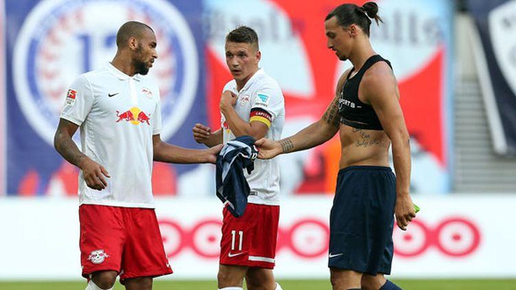 Zlatan Ibrahimovic donne son maillot au joueur de Leipzig, Terrence Boyd à côté de son partenaire, Daniel Frahn