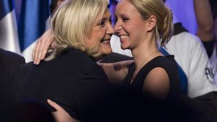 La présidente du Front national (FN), Marine Le Pen, et la députée FN du Vaucluse, Marion Maréchal-Le Pen, lors d'un meeting à Paris, le 10 décembre 2015. (MAXPPP)