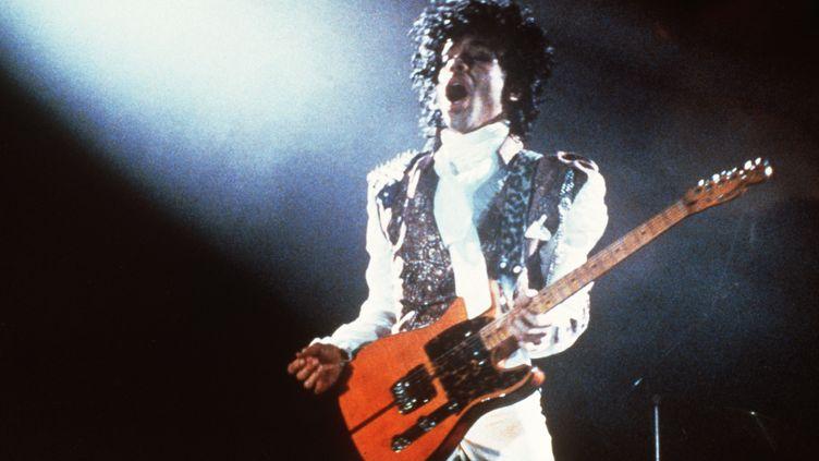 """Prince interprète son album """"Around the World"""" à Paris, en février 1985. (PASCAL GEORGE / AFP)"""