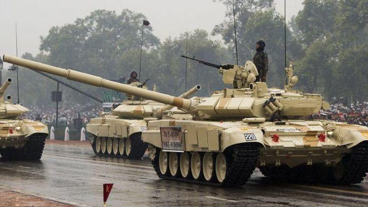 Des chars T90 de l'armée indienne lors de la parade du Jour de la République, en janvier 2015. (SAUL LOEB / AFP)