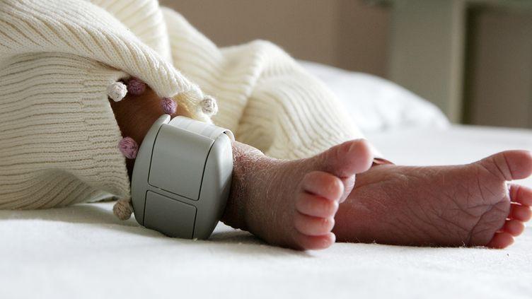 Un nourrisson à la maternité. Image d'illustration. (OLIVIER LABAN-MATTEI / AFP)