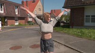 Hugo, 16 ans, rêve de devenir danseur et chorégraphe. En attendant de réaliser son rêve, il offre un spectacle d'une heure et demie chaque semaine aux pensionnaires d'un Ehpad de Cambrai (Nord). (France 3)
