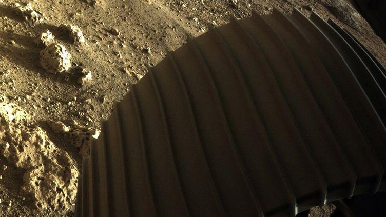 Image de la NASA du 19 février 2021 montrant l'une des roues du rover Perseverance à la surface de Mars, après l'atterrissage sur la planète, le 18 février 2021. (Illustration) (HANDOUT / NASA/JPL-CALTECH / AFP)