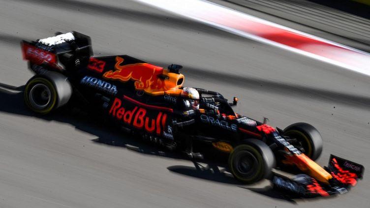 Le Néerlandais Max Verstappen sur le circuit de Sotchi au GP de Russie, vendredi 24 septembre 2021. (VLADIMIR ASTAPKOVICH / SPUTNIK / AFP)