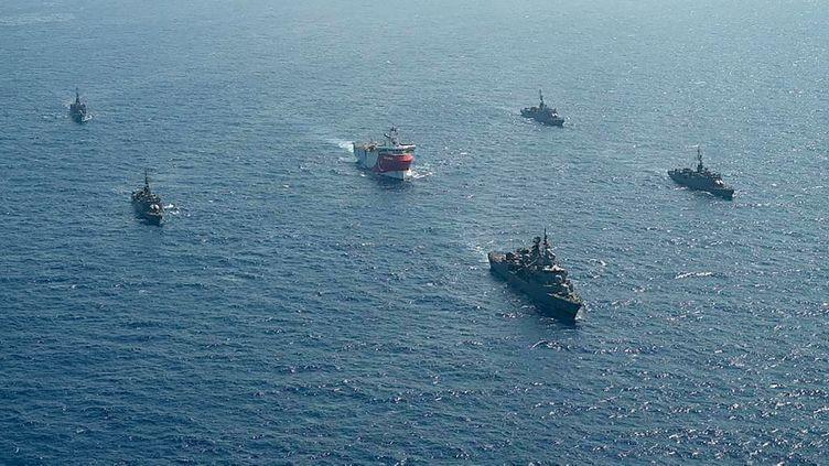 Un navire de recherche sismique turc, escorté par des bâtiments militaires, dans le sud-est de la mer Égée, le 10 août 2020. (TURKISH DEFENCE MINISTRY / AFP)