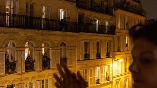 A Paris comme partout en France,on applaudit chaque soir à sa fenêtre les soignants et soignantes qui luttentpour sauver les malades du Covid-19, mais aussi tousles héros du quotidien qui permettent au pays de continuer à vivre. (MAXPPP)