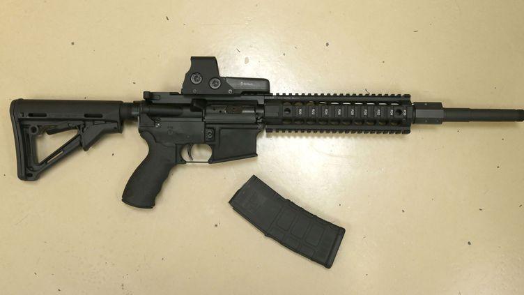 Un fusil semi-automatique de chasse, le 3 octobre 2013, àRocklin, en Californie. (RICH PEDRONCELLI / AP)