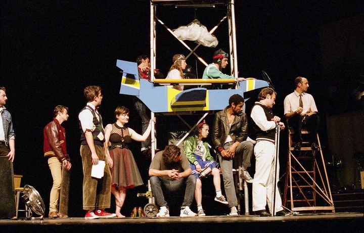Une quinzaine de comédiens déjantés bidouillent sur scène  (MARGAUX SHORE-55)