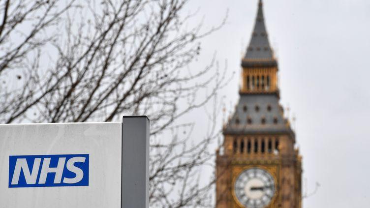 Le logo du NHS, le service de santé britannique, devant l'hôpital Saint-Thomas, à Londres, le 8 mars 2017. (BEN STANSALL / AFP)