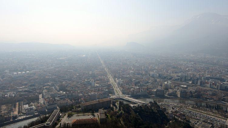 La ville de Grenoble (Isère) sous un nuage de pollution, le 14 mars 2014. (JEAN-PIERRE CLATOT / AFP)