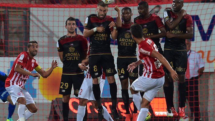 Sous les yeux de son coéquipier Youssouf Hadji (à gauche), le Nancéien Loïc Puyo s'essaye au coup franc face au mur guingampais lors de la défaite des siens au match aller (0-2).  (PATRICK HERTZOG / AFP)