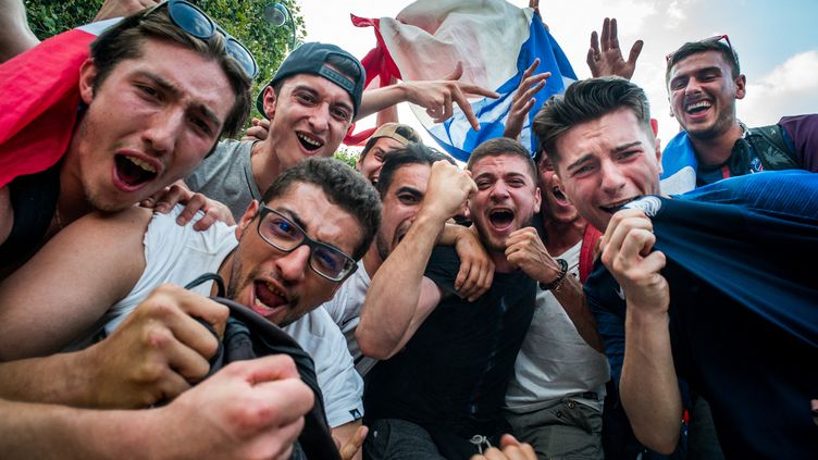 Des supporters des Bleus dans la fan zone du Champ-de-Mars, à Paris, le 15 juillet 2018. (SIMON GUILLEMIN / HANS LUCAS)