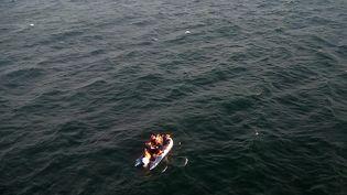 Un bateau transportant des migrants tente de traverser la Manche en direction du Royaume-Uni, le 24 juillet 2019, près de Calais (Pas-de-Calais). (PREFECTURE MARITIME DE LA MANCHE / AFP)