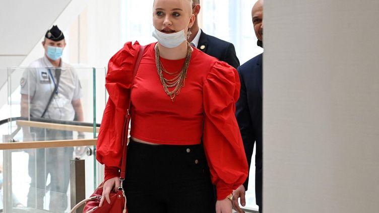 Mila arrive au procès des personnes soupçonnées de l'avoir cyberharcelée, le 3 juin 2021 au tribunal judiciaire de Paris. (BERTRAND GUAY / AFP)
