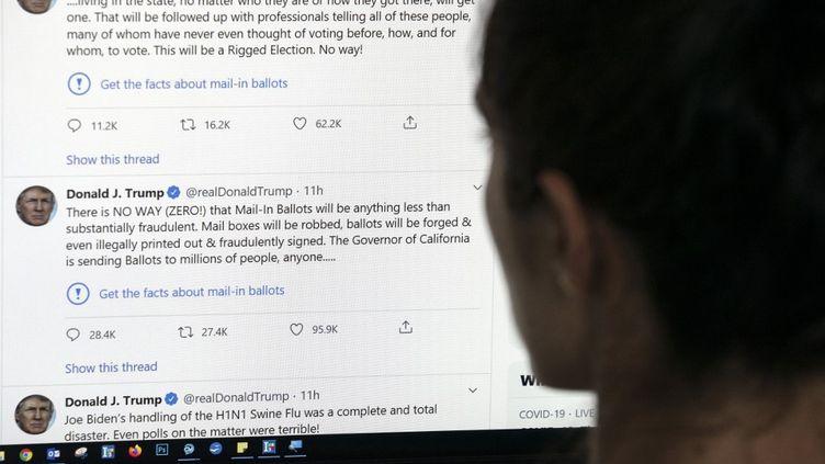 Les tweets de Donald Trump signalés par Twitter, le 26 mai 2020 à Los Angeles (Etats-Unis). (AFP)