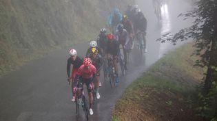 À l'image de l'échappée, les coureurs du Tour de France ont fait face à la pluie et au froid sur la 9e étape entre Cluses et Tignes, le 4 juillet 2021. (THOMAS SAMSON / AFP)