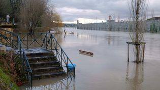 La Seine en crue à Melun (Seine-et-Marne), lundi 22 janvier 2018. (PHILIPPE MUNIER / CROWDSPARK / AFP)