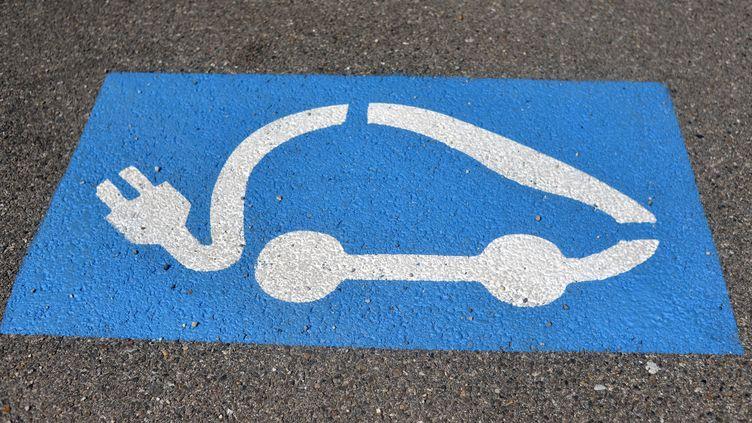 Lesvéhicules électriques représentent un coût en énergie de 188 euros par an contre 1 181 euros pour un véhicule diesel et 1 461 euros pour une voiture essence, selon l'UFC-Que Choisir. (ALLILI MOURAD / SIPA)