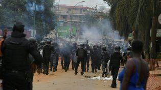 La police antiémeute disperse des manifestants de l'opposition à Abidjan, en Côte d'Ivoire, le 31 octobre 2020. (ISSOUF SANOGO / AFP)