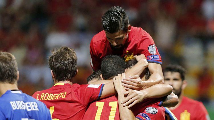 La joie des joueurs espagnols qui ont dominé le Liechtenstein. (JOSE LUIS CEREJIDO / EFE)