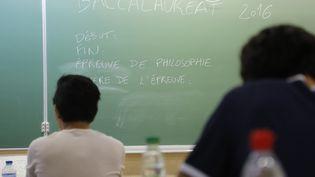 Des élèves de terminale du lycée Charlemagne de Paris sur le point de commencer l'épreuve de philosophie du bac, le 15 juin 2016. (FRANCOIS GUILLOT / AFP)