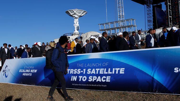 Le 20 décembre 2019, à Addis-Abeba, les officiels éthiopiens assistent à la retransmission vidéo du lancement du premier satellite du pays depuis une base chinoise. (MINASSE WONDIMU HAILU / ANADOLU AGENCY)