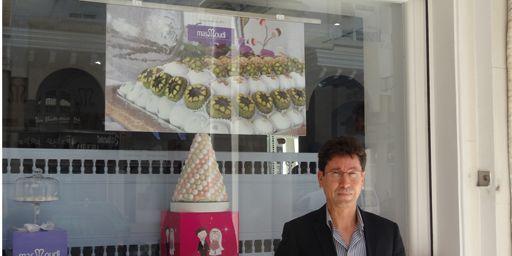 Ahmed Masmoudi devant la vitrine de l'une des boutiques de son entreprise à Sfax. (FTV - Laurent Ribadeau Dumas)