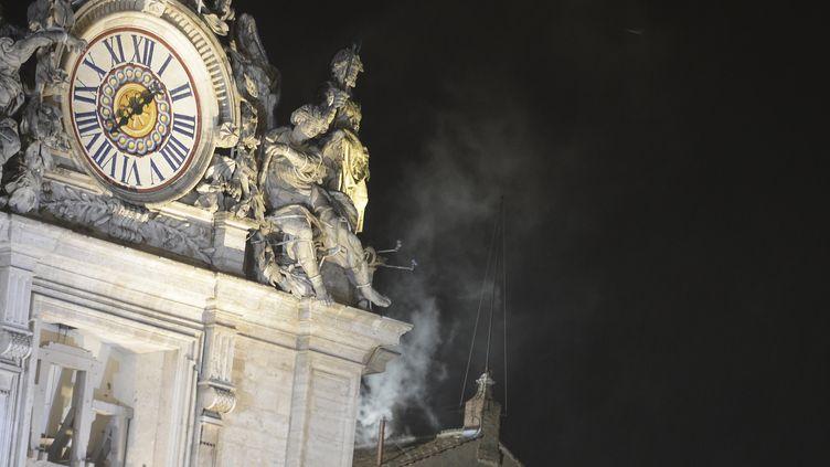 De la fumée blanche s'est échappée, mercredi 13 mars 2013 vers 19h05, de la chapelle Sixtine, signalant l'élection d'un nouveau pape par les 115 cardinaux électeurs. (FILIPPO MONTEFORTE / AFP)