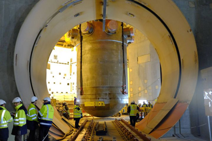 La cuve de l'EPR est posée le 24 janvier 2014 au cœur du réacteur. (MAXPPP)