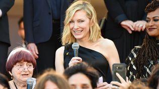 Agnès Varda et Cate Blanchett ont fait un discours au milieu de la montée des marches pour réclamer la fin des inégalités entre les femmes et les hommes dans le milieu du cinéma  (Alberto PIZZOLI / AFP)