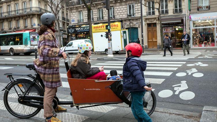 Unvélo cargo pour transporter les enfants à Paris, le 8 mars 2017. (BRUNO LEVESQUE / MAXPPP)