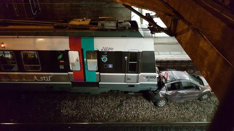 Un véhicule a été découvert sur la voie, en gare de Gentilly (Val-de-Marne), vendredi 5 février 2016, comme le montre cette photo d'un témoin, reproduite avec son autorisation. (LOTUSV7 / TWITTER)