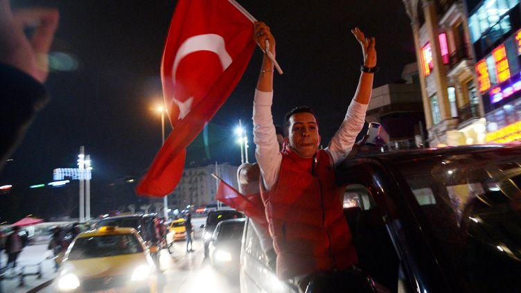 """Des supporters du président turc célèbrent la victoire au """"oui"""" au référendum turc à Istanbul (Tuquie), le 16 avril 2017. (ALEXEY VITVITSKY / SPUTNIK / AFP)"""