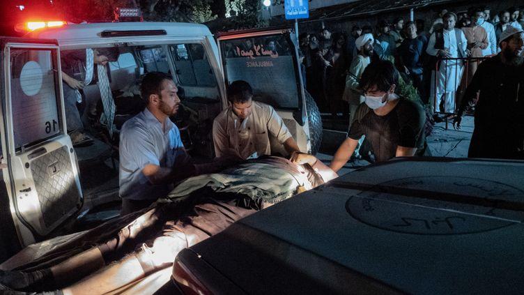 Des victimes du double attentat à la bombe perpétré à l'aéroport Hamid Karzai de Kaboul en Afghanistan arrivent aucentre chirurgical d'urgence pour les victimes de guerre le 26 août 2021. (JUAN CARLOS / HANS LUCAS)