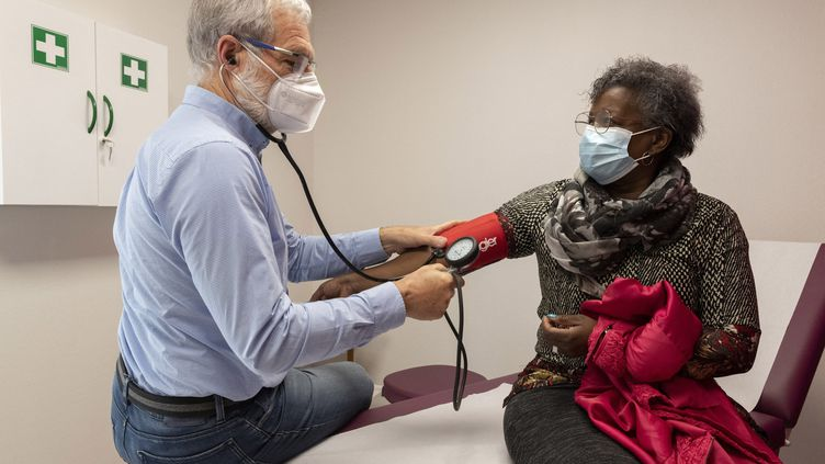 Retraité, le docteur Fabrice Gauvin consulte bénévolement des patients au centre de santé de Montluçon, dans l'Allier. Il ferme ses portes le 30 juin 2021, faute de médecins voulant s'y installer. (THIERRY ZOCCOLAN / AFP)