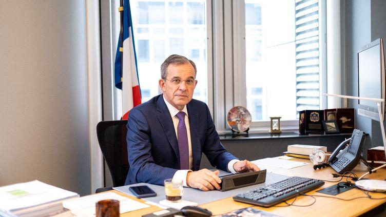 L'eurodéputé RN Thierry Mariani dans son bureau du Parlement européen à Bruxelles (Belgique). (MARTIN BERTRAND / HANS LUCAS VIA AFP)