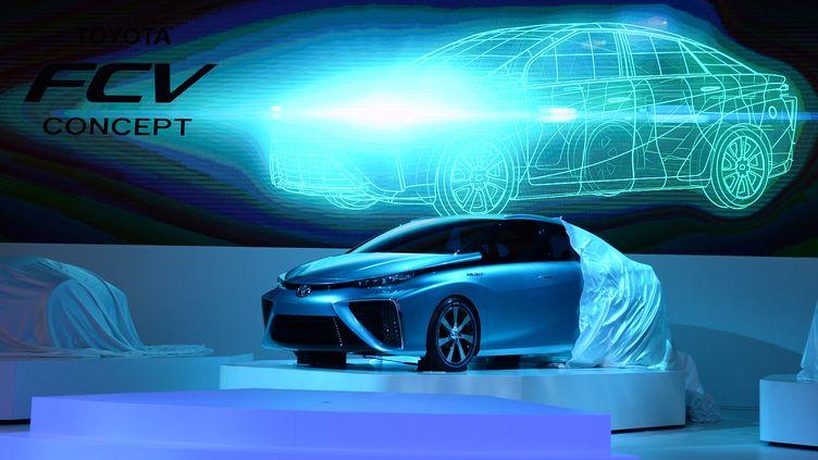 """La voiture """"FCV concept"""" de Toyota est dévoilée, le 20 novembre 2013, lors du salon automobile de Tokyo (Japon). (TOSHIFUMI KITAMURA / AFP)"""