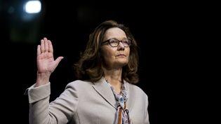 Gina Haspel, nommée par Donald Trump à la tête de la CIA, prête serment avant son audition devant la commission du renseignement du Sénat, le 9 mai 2018 à Washington (Etats-Unis). (ALEX EDELMAN / CONSOLIDATED NEWS PHOTOS / AFP)