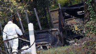 Des enquêteurs inspectent les lieux de l'accident, le 24 octobre 2015 à Puisseguin. (MEHDI FEDOUACH / AFP)