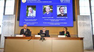 David Card, de l'université de Californie, Joshua D. Angrist, du Massachusetts Institute of Technology, et Guido W. Imbens, de l'Université de Stanford, sont récompensés pour le prix Nobel de l'Economie. (CLAUDIO BRESCIANI / TT NEWS AGENCY / AFP)