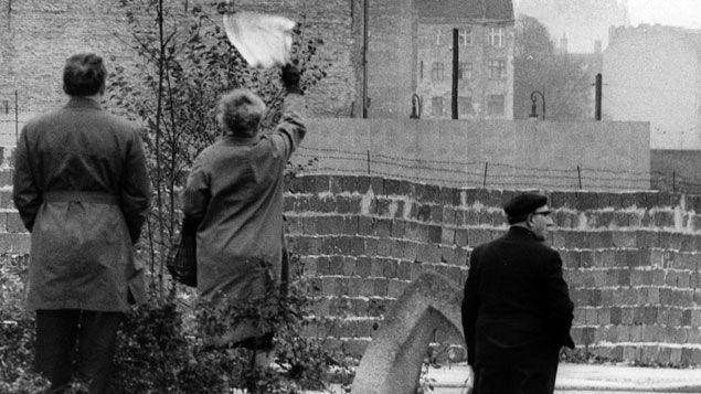 (Le Mur de Berlin à Bernauer Strasse en 1961. © Maxppp)