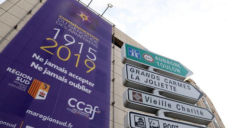 Une bâche commémorative installée sur la façade de l'Hôtel de Région, à Marseille, le 12 avril 2019. (VAL?RIE VREL / MAXPPP)