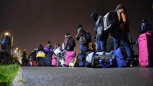 Desmigrants attendent leur évacuation, lundi 24 octobre 2016, à Calais (Pas-de-Calais). (PHILIPPE HUGUEN / AFP)