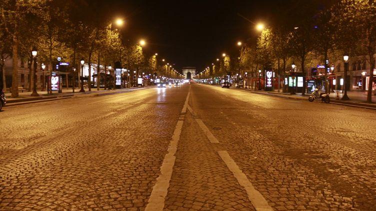 L'avenue des Champs-Elysées à Paris vidée de son monde habituel, le 17 octobre 2020. (QUENTIN DE GROEVE / HANS LUCAS / AFP)