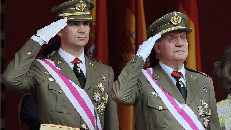 Le futur roi d'Espagne Felipe VI et son père, Juan Carlos, le 1er juin 2008 àSaragosse (Espagne). (PHILIPPE DESMAZES / AFP)